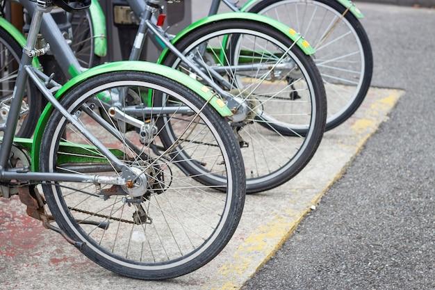 Зеленые велосипеды в аренду крупным планом