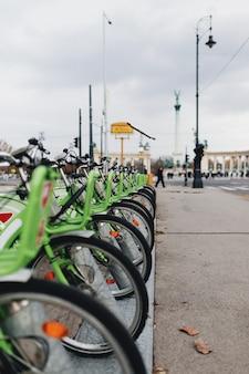 西ヨーロッパでレンタルできるグリーン自転車。高品質の写真