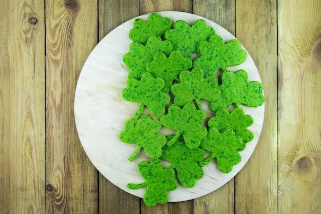 클로버 잎의 형태로 녹색 비스킷 간식