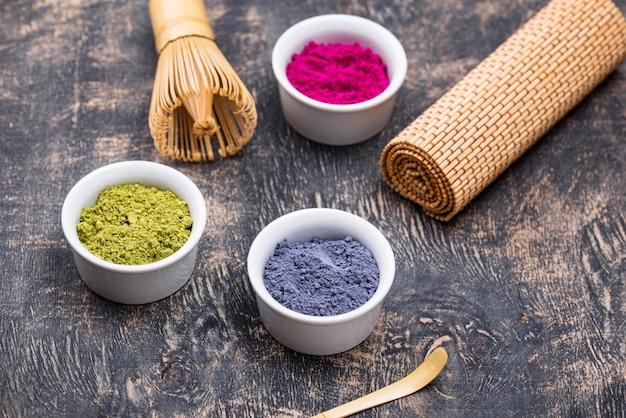 緑、青、ピンクの抹茶パウダー
