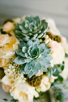 Зелено-голубая сочная эхеверия в свадебном букете невесты