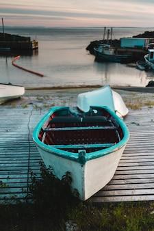 ドックの緑のボート