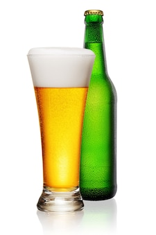 緑のボトルと白で隔離のビールのガラス