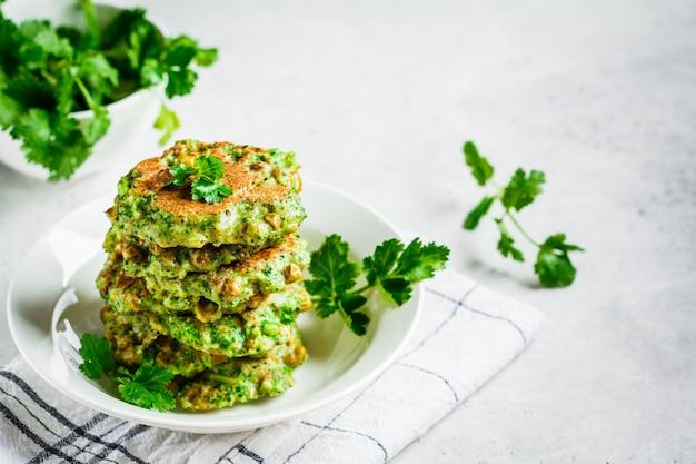 緑のブロッコリーとエンドウ豆のパンケーキ、コピースペース。健康的なビーガンフードコンセプト。