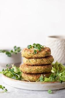 녹색 브로콜리와 퀴 노아 버거 건강한 비건 음식