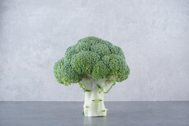 Broccoli verdi isolati su superficie grigia