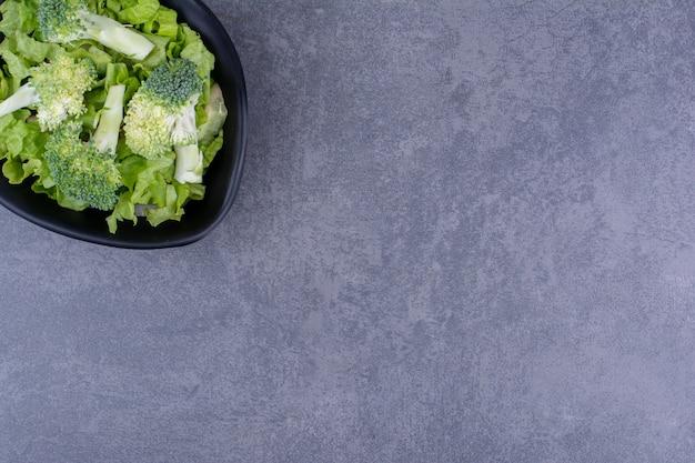 구체적인 배경에 고립 된 녹색 브로콜리입니다.