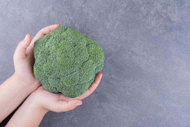 灰色の表面に分離された緑色のブロッコリー