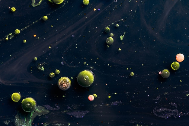 물 표면에 녹색 거품입니다. 액체 표면의 독소. 매크로 추상 사진입니다.