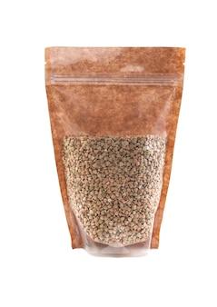 갈색 종이 가방에 녹색 메밀입니다. 벌크 제품용 플라스틱 창이 있는 doy-pack. 확대. 흰색 배경. 외딴.