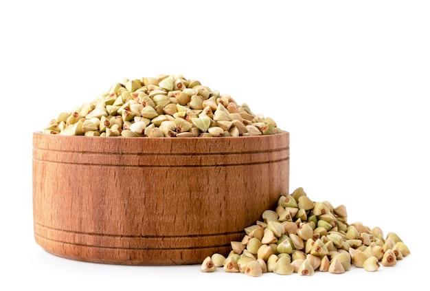 Зеленая гречка в деревянной тарелке