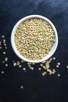 テーブルの上の緑そば生穀物健康食品健康食品