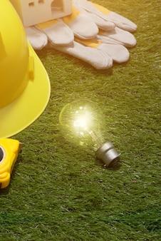 녹색 건물 및 에너지 절약 개념 : 잔디에 집 projecj 및 작업 도구