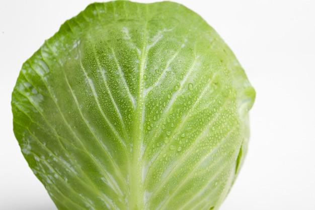 Зеленая капуста, изолированные на белой поверхности