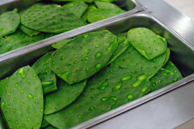 メキシコのスーパーマーケットで販売されている緑のサボテン