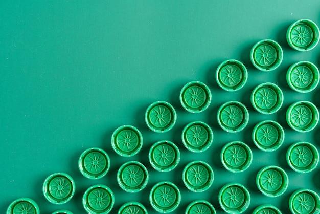 Зеленые колпачки из пластиковых бутылок
