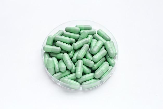 白い背景の上の緑のカプセル