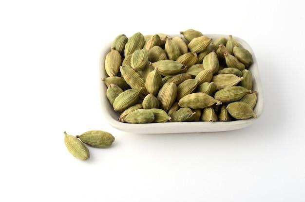 Стручки зеленого кардамона в тарелке