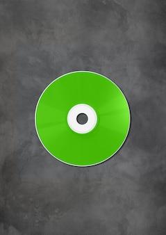 Зеленый cd - этикетка dvd, изолированные на бетоне