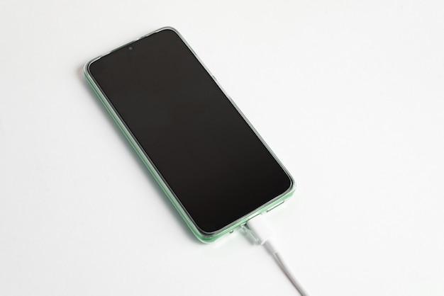 Usbケーブルタイプcに接続された緑色の携帯電話-充電