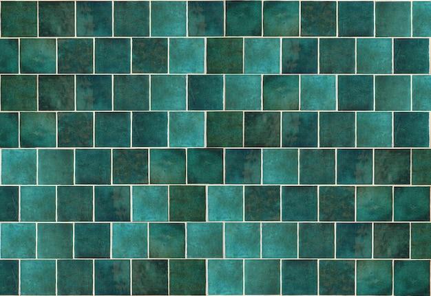 Зеленая керамическая плитка на фоне старой винтажной керамической плитки зеленого цвета для украшения кухни или ванной комнаты ...