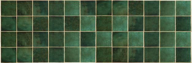 緑のセラミックタイルの背景キッチンやバスルームを飾るために緑の古いヴィンテージセラミックタイル