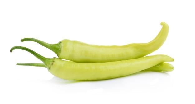 白で分離された緑の唐辛子