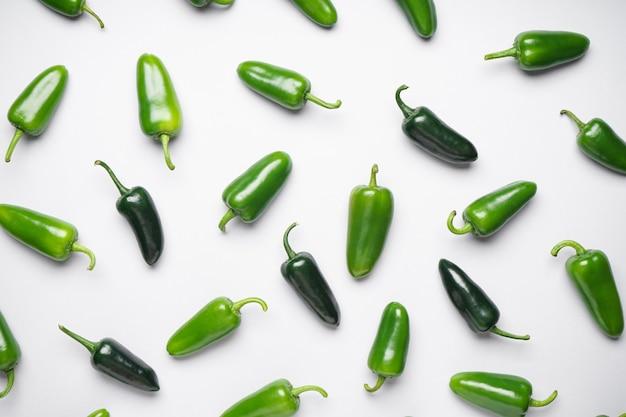 Зеленый перец чили. группа перцев халапеньо на белом фоне, плоская планировка.