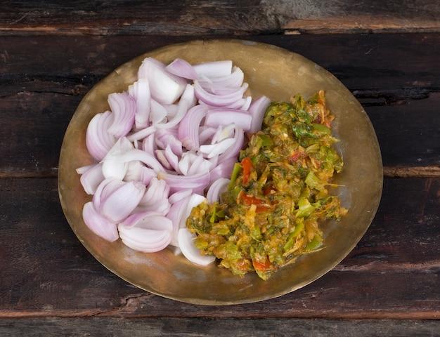 Green chilli chutney with fresh mint leaves, onion, garlics, coconut and yogurt