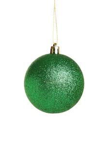 白い背景で隔離の緑のクリスマスボール。上面図