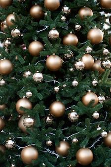 金色のボールで飾られた緑のクリスマスツリー。