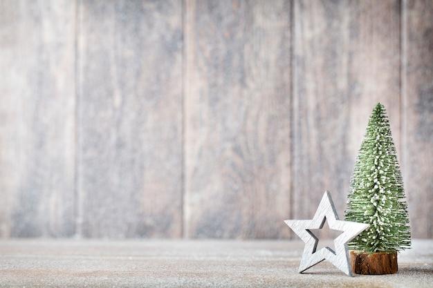 Зеленая рождественская елка на деревянном столе.