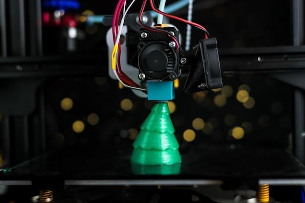 Зеленая новогодняя елка напечатана на 3d-принтере. технология.