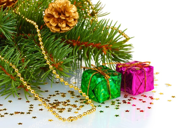 선물 및 흰색 표면에 절연 콘 그린 크리스마스 트리