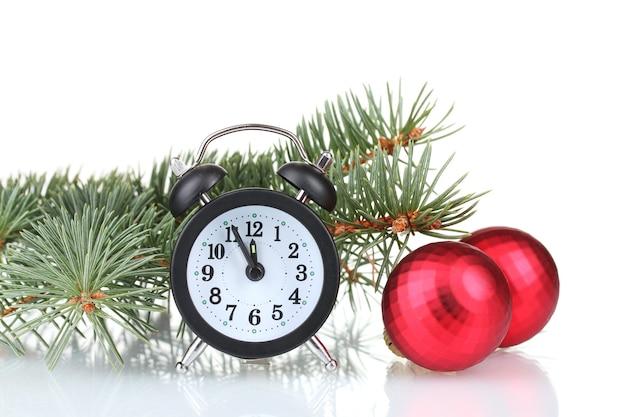 白で隔離のおもちゃと時計と緑のクリスマスツリー