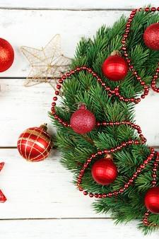 木製の装飾が施された緑のクリスマス リース