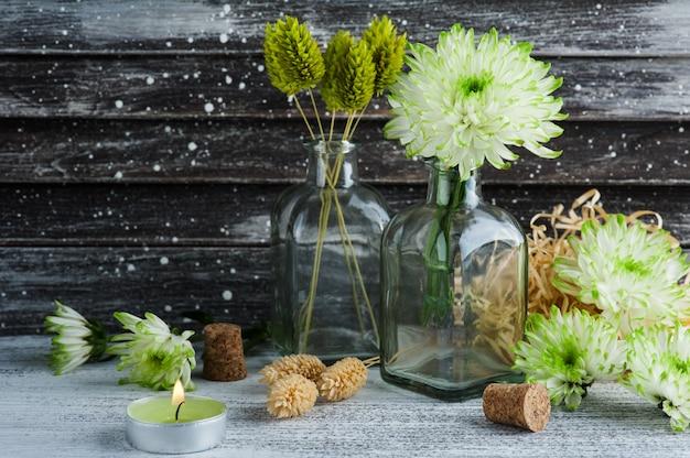 Зеленая хризантема в бутылках с пробками