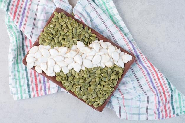 コンクリート表面に緑のきれいな白いカボチャの種。