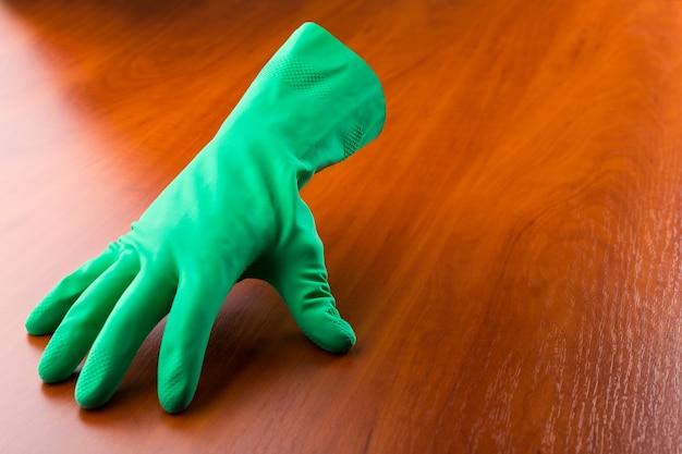 테이블에 녹색 청소 장갑
