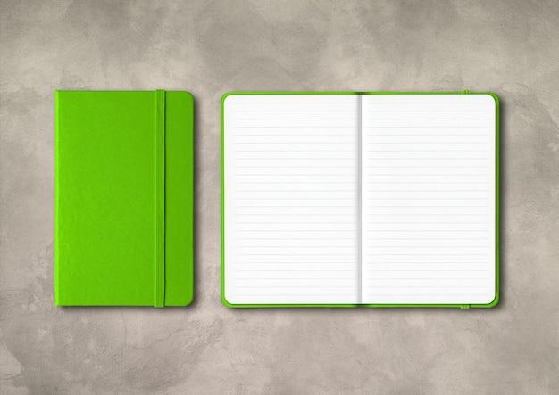 구체적인 배경에 고립 된 녹색 폐쇄 및 오픈 줄 지어 노트북
