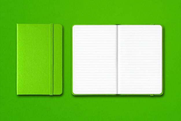 分離された緑の閉じた状態と開いた並べられたノートブック