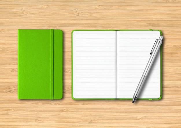 ペンで緑の閉じた、開いた裏地付きノートブック