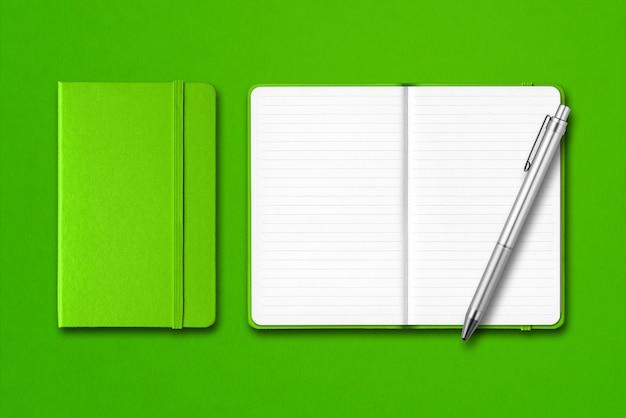 ペンで緑の閉じた状態と開いたノートブック