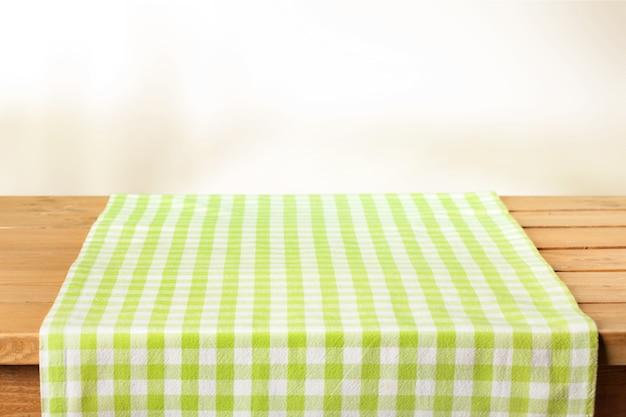木製の背景に緑の布ナプキン