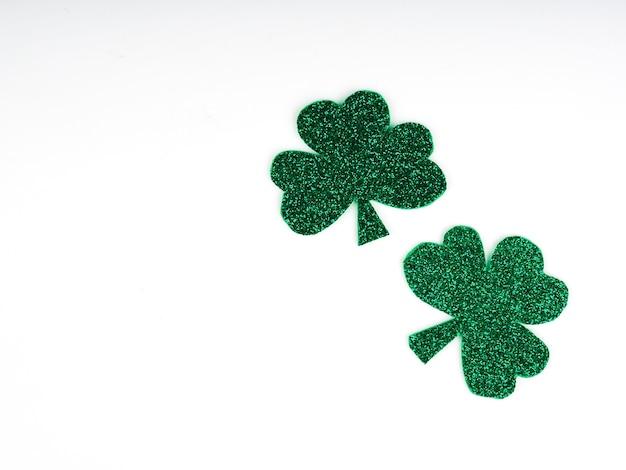 녹색 클로버 또는 shamrocks, 흰색 배경에 고립 된 녹색 모자. 성 패트릭의 날 휴가 개념. 봄 배경.