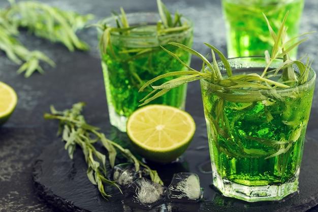 ライム、ソーダ、砕いた氷とタラゴンの葉のグリーンカクテル
