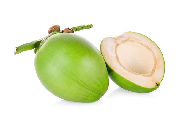 Зеленый кокос, изолированные на белом фоне