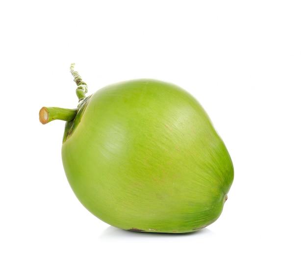 白で隔離される緑のココナッツ