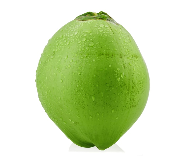 Зеленый кокос с изолированными каплями воды.