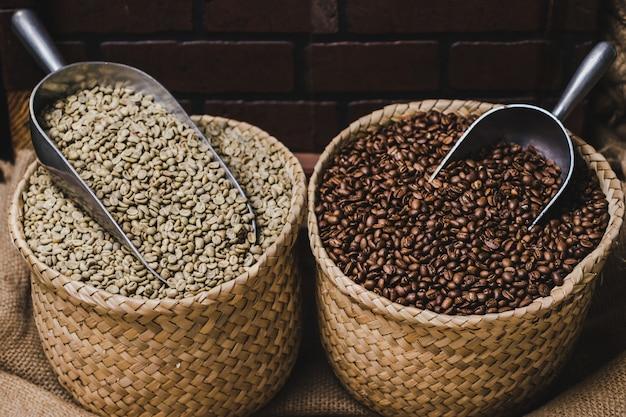 緑のコーヒー豆と焙煎したコーヒー豆
